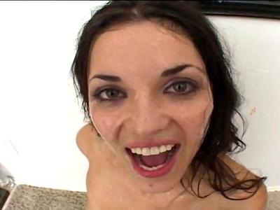 Eh ben en voila une vidéo comme on les aime, elle va se faire giclée dessus la s