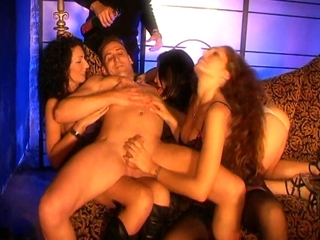Partouze dans un club échangiste, les filles sont belles et chaudes