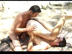 Deux homos bouffent de la tarte aux poils à l\'ombre d\'un pommier