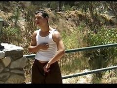 Un jeune gay se fait satisfaire par un flic devant un pont