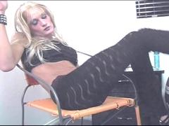Trans blonde très salope baise avec un pote