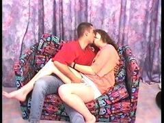 Jeune couple en plein préliminaires