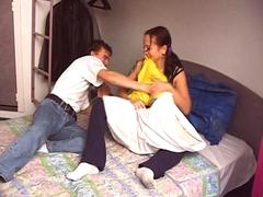 Jeune couple fait l'amour dans le lit