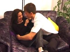 Préliminaires sur le canapé en couple