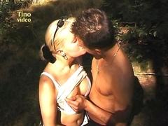Couple amateur fait l'amour dans les bois