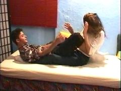 Moment câlin avec un jeune couple
