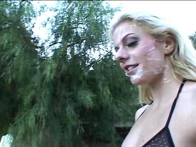 Voici une vidéo d'Angela Stone, une petite blonde en mal de bites qui se fait .