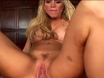 Amber Lynn superbe blonde mature aux allures de travesti, nous reçoit chez elle