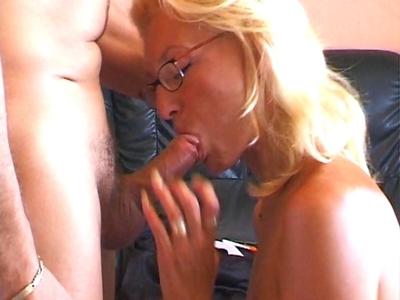 Porno Blondes Un gros fist fucking dans sa chatte